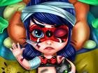 Baby Ladybug wollte ihre Superheldenkräfte ausprobieren, aber sie verletzt