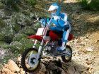 Extreme Mountainbiking Ihr Adrenalinspiegel mit einem schwierigen steinigen Weg