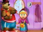 Netter Mascha und ihr Freund, der Bär aß bereit für einen vergn