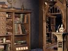 Sie sind ein Besucher, der in der alten mittelalterlichen Bibliothek gefangen i