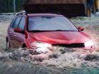 Schwere regen hat die Flüsse angeschwollen und verursachte Überschwemmungen i