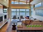 Ein Fluchtspiel, das Sie in ein rustikales zeitgenössisches Seehaus fü