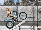 Fahren Sie mit dem Motorrad auf einer eisigen Teststrecke im Freien und passier
